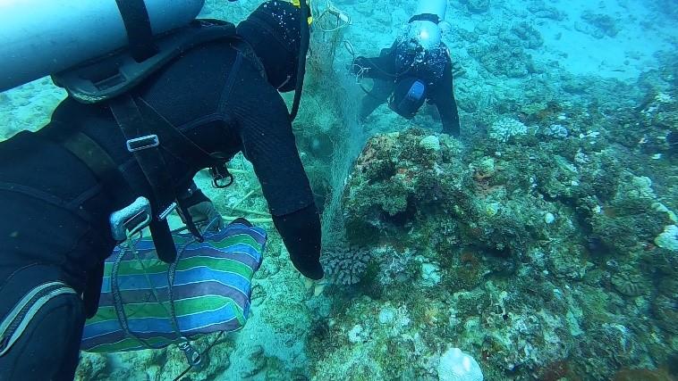 海保署委託專業海事工程公司以人力潛水清除海底廢棄物。照片提供:海保署