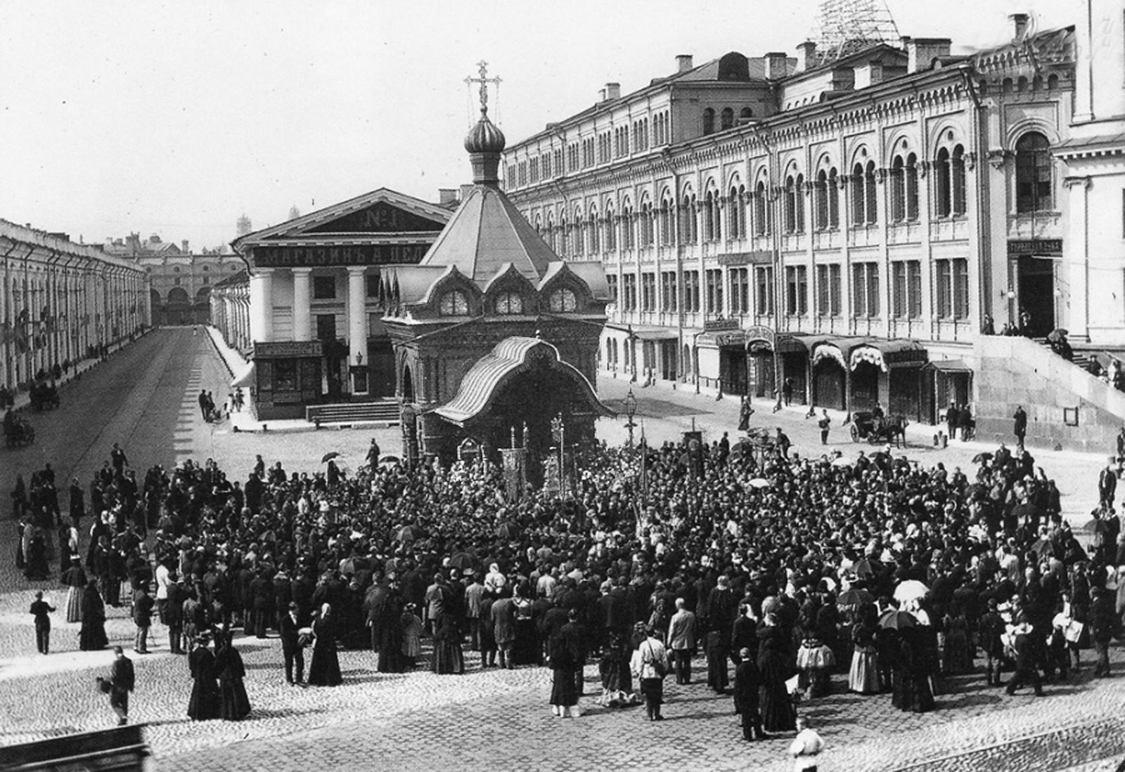 На Невском проспекте у здания Городской думы и Гостиного двора