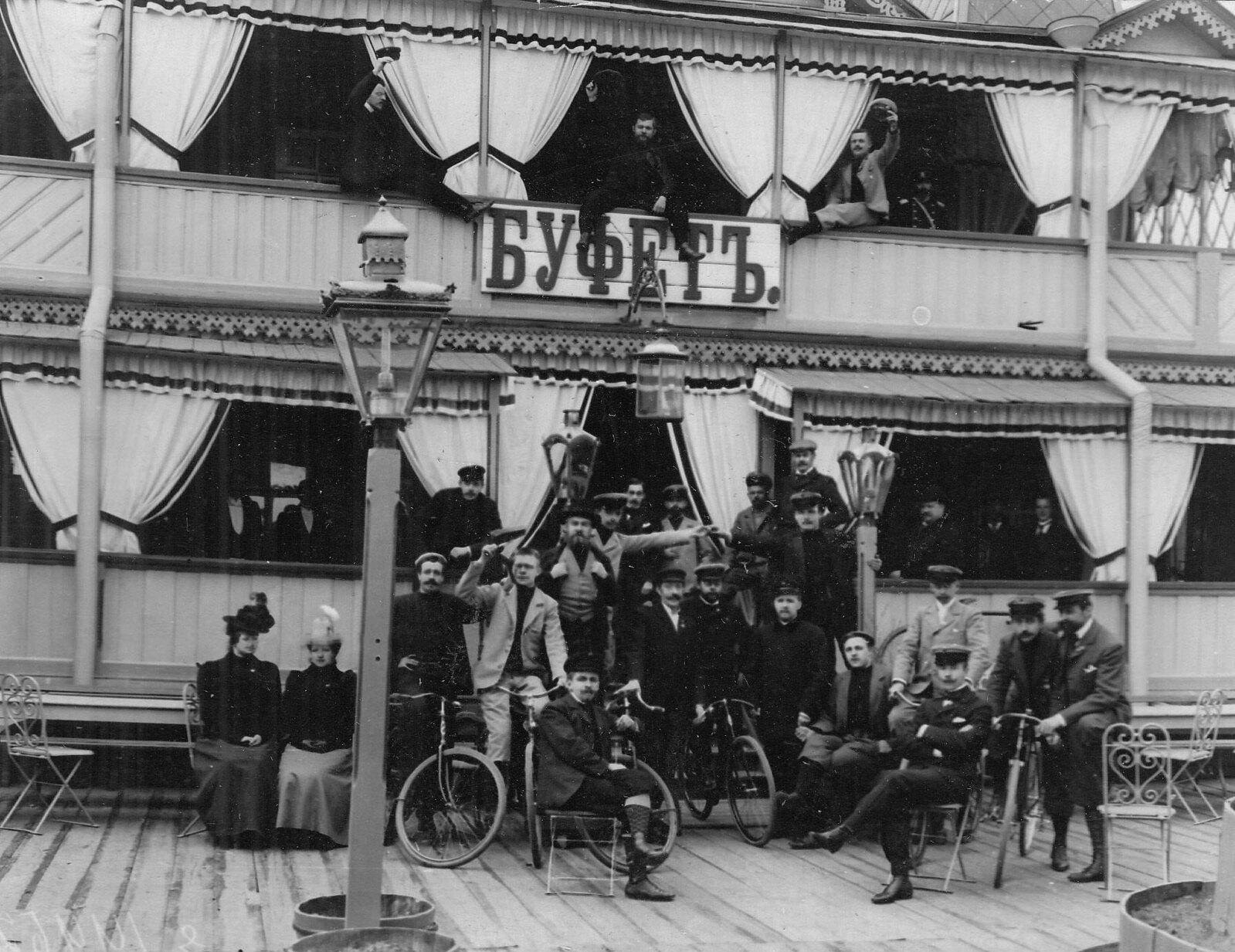 1910-е. Групповой портрет членов общества велосипедистов
