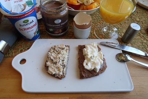 Ziegenfrischkäse mit Pfeffer und Gebrannte Mandel Aufstrich mit Schmand auf Roggen-Dinkel-Brot