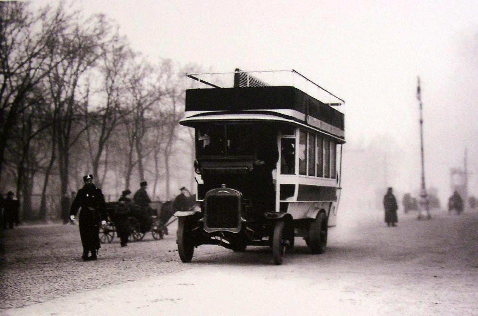 1907. Открытие омнибусного (автобусного) сообщения «Александровский сад - Балтийский вокзал», ноябрь
