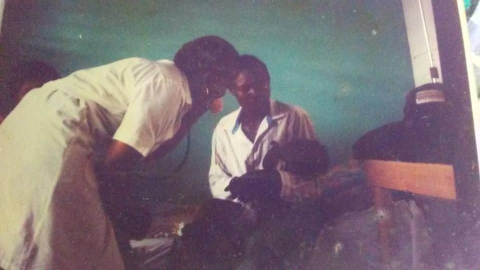 Con paciente en sala de pediatría en Haití