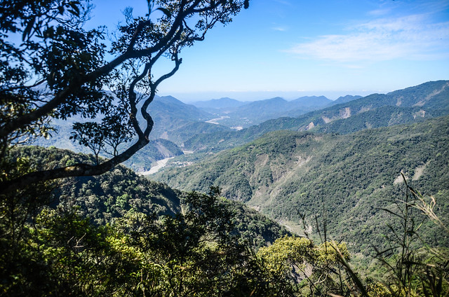 塔羅留稜線危瘦稜(H 1367 m)西南望荖濃溪谷