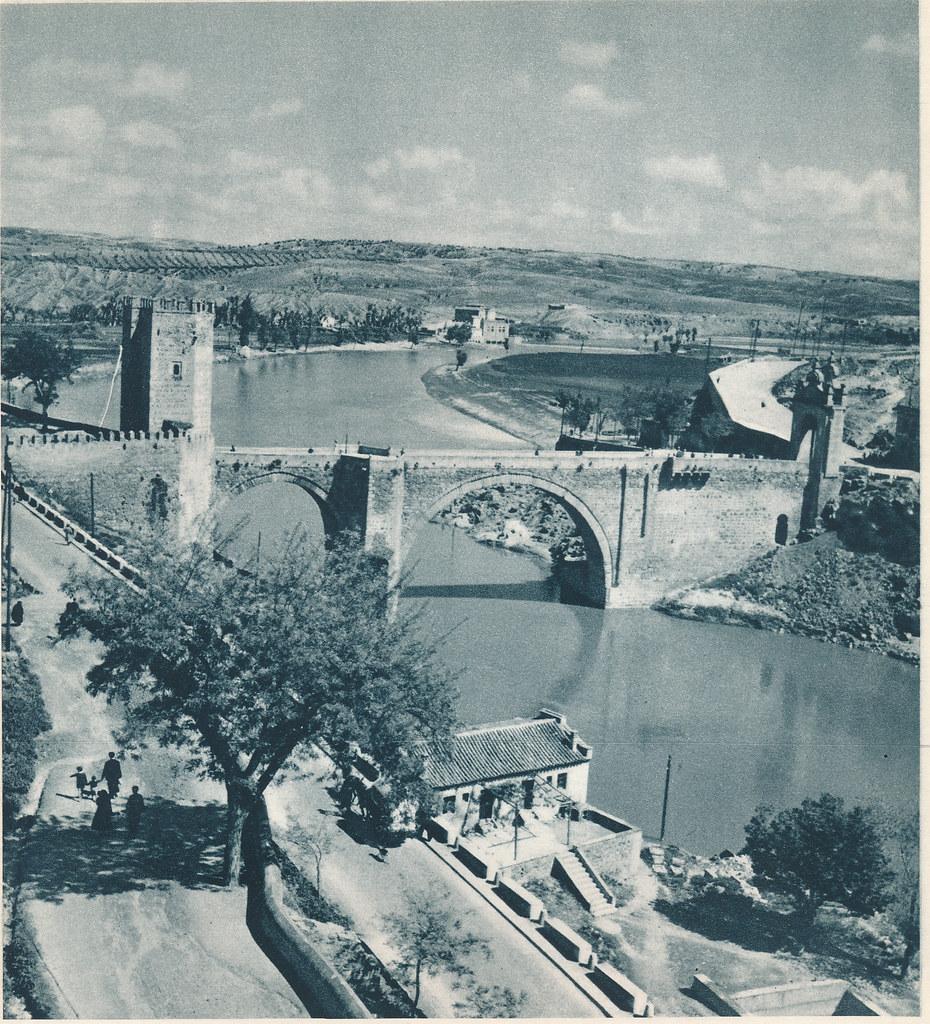 Puente de Alcántara y Cuesta de Doce Cantos hacia 1950. Fotografía de Boudot-Lamotte (1908-1981). Publicada en el libro L´Espagne de A. T´Serstevens en 1952