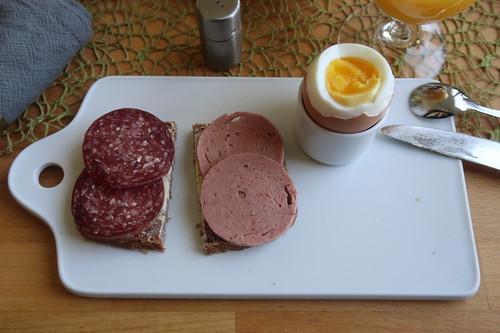 Rindersalami und Rinderfleischwurst auf Roggen-Dinkel-Brot zum Frühstücksei
