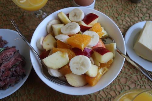Obstsalat auf Apfel, Orange und Banane