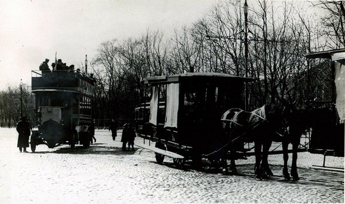 1907. Остановка омнибусов у Александровского сада
