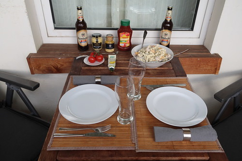 Grillen auf unserem Balkon am Vatertag (Tischbild)