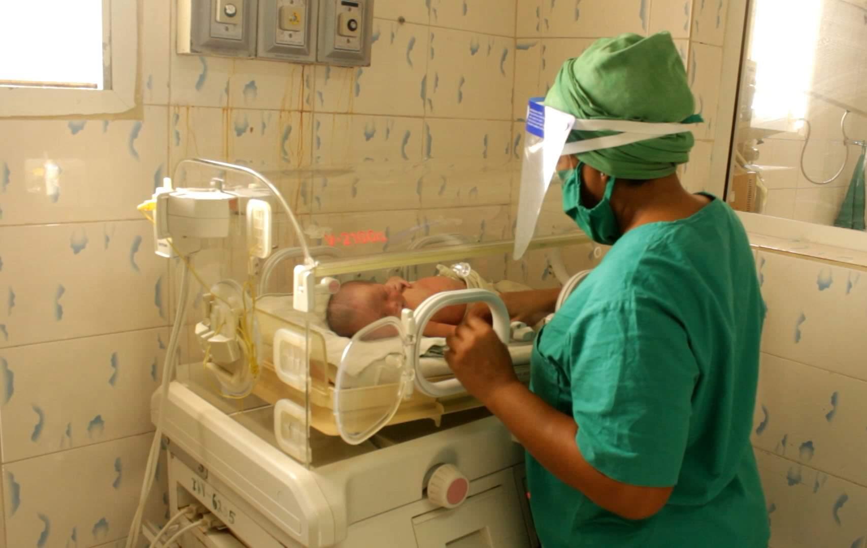En la sala de neonatología del hospital de Baracoa