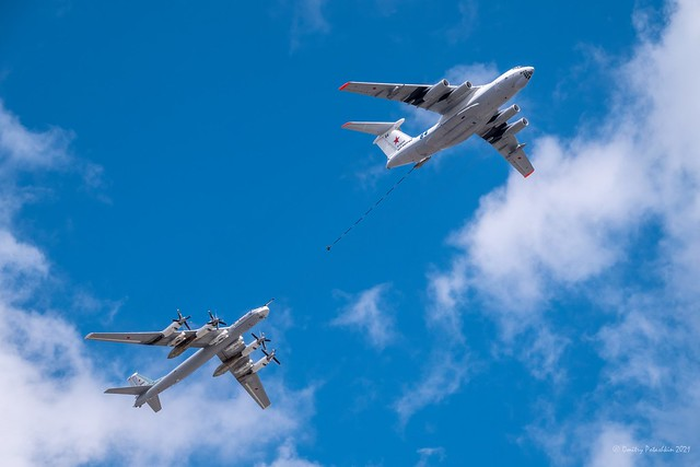 Tu-95MS and IL-78M in the skies over Moscow