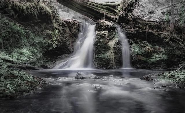 cascade désaturée d'après une photo de David MARK de pixabay