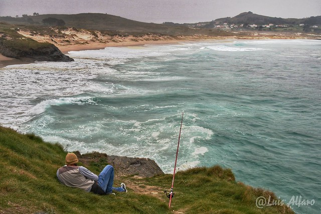 Pescando en la playa de Santa Comba - Fishing at