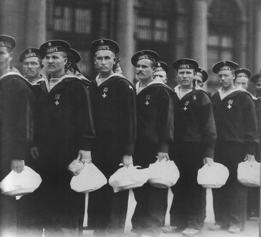 1904. Матросы крейсера «Варяг» на Знаменской площади после обеда в Зимнем дворце.