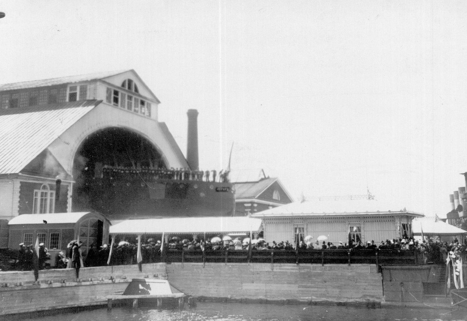 1900. Спуск на воду крейсера «Аврора» на верфи «Новое Адмиралтейство». 11 мая