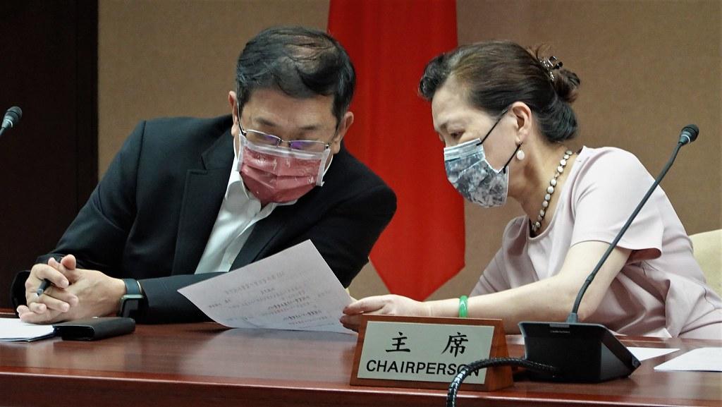 (右起)經濟部長王美花、台電董事長楊偉甫。孫文臨攝
