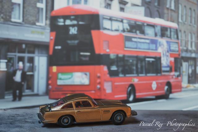 Après la course poursuite avec la machine de Jack Beaman, Mr Bond est de retour dans le fog londonien.