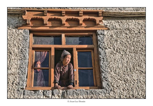 Fenêtre ouverte sur route
