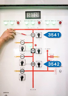 路北超高壓變電所的台電同仁原本應開啟『3542』隔離開關,卻誤操作『3541』隔離開關,導致匯流排故障。圖片來源:台電