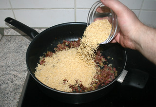 15 - Put orzo in pan / Orzo in Pfanne geben