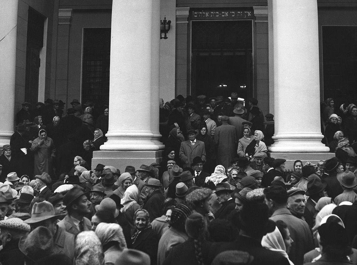 1963. У Московской синагоги