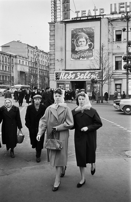 1961. У кинотеатра «Центральный» на улице Горького