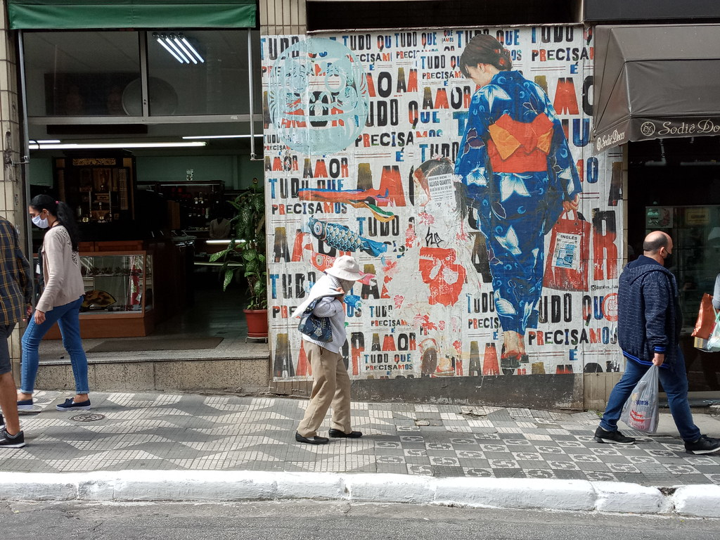 A Moça do Graffiti está observando a Velhinha
