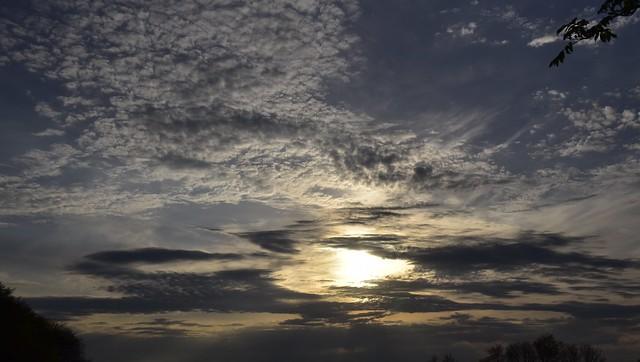 Wolkiger Abendhimmel vor meinem Fenster; Bergenhusen, Stapelholm (1)