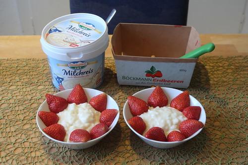 Frische Erdbeeren auf Milchreis (anrichten)