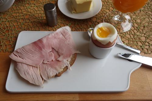 """Kochschinken auf """"Brot aus feingemahlenem Vollkornmehl und Buttermilch"""" zum Frühstücksei"""