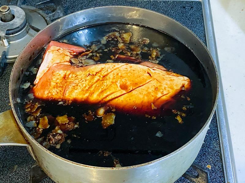 鍋に必要量の醤油だれを入れて肉を投入