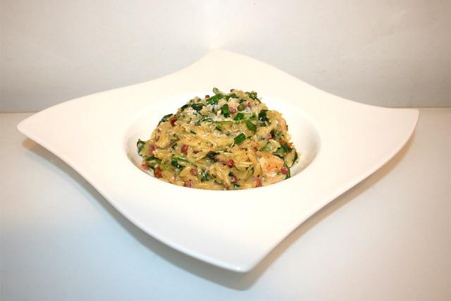 31 - Creamy spinach parmesan orzo with chicken - Side view / Cremige Spinat-Parmesan-Orzo mit Hähnchen - Seitenansicht