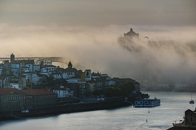 Quem te vê ao vir da ponte... no meio da neblina..