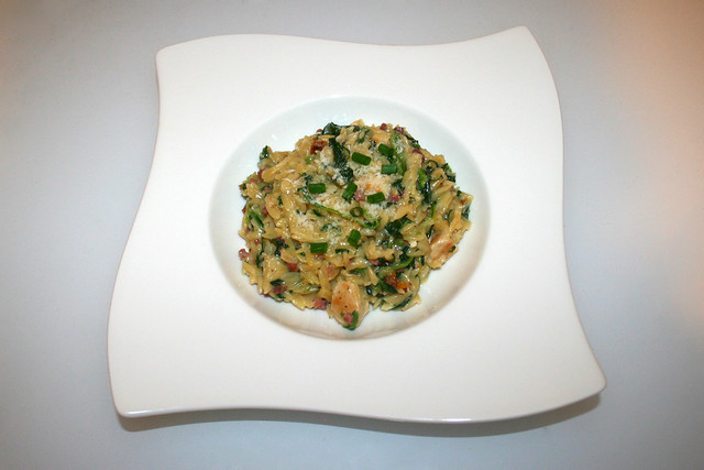 30 - Creamy spinach parmesan orzo with chicken - Served / Cremige Spinat-Parmesan-Orzo mit Hähnchen - Serviert