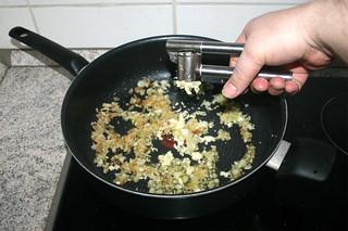 10 - Squeeze garlic in pan / Knoblauch in Pfanne pressen