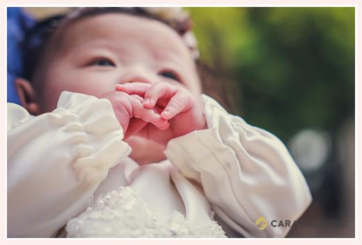 お宮参り ベビードレス姿の赤ちゃんの手