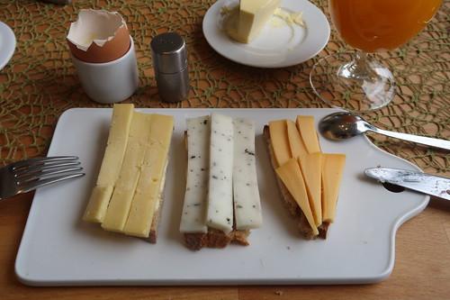 """Remeker, Brennnessel-Ziegenkäse und Möhenkäse auf """"Brot aus feingemahlenem Vollkornmehl  und Buttermilch"""""""
