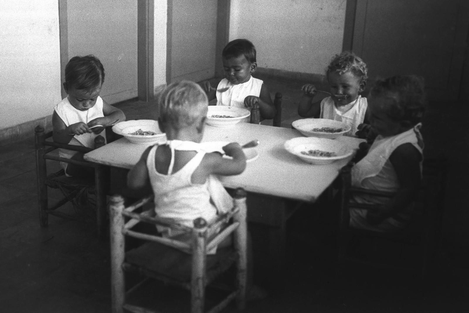 1935. Кибуц Маабарот. Первые дети кибуца в детском саду