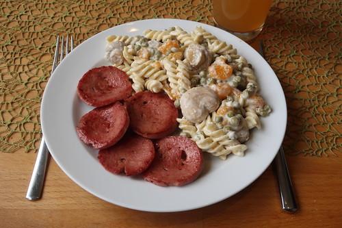 Angebratene Fleischwurstscheiben zu Rest des Nudelsalats vom Vortag