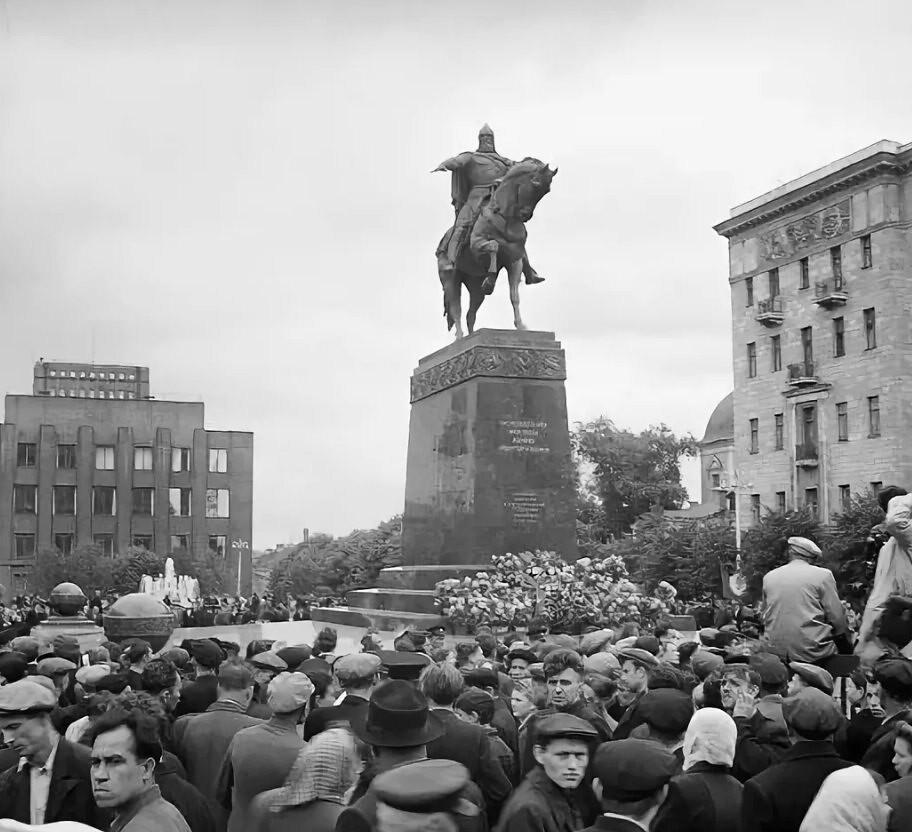 1954. Советская площадь. Открытие памятника