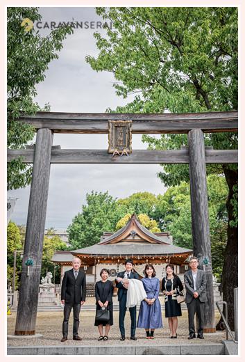 渋川神社へ初宮参り 鳥居の下で集合写真