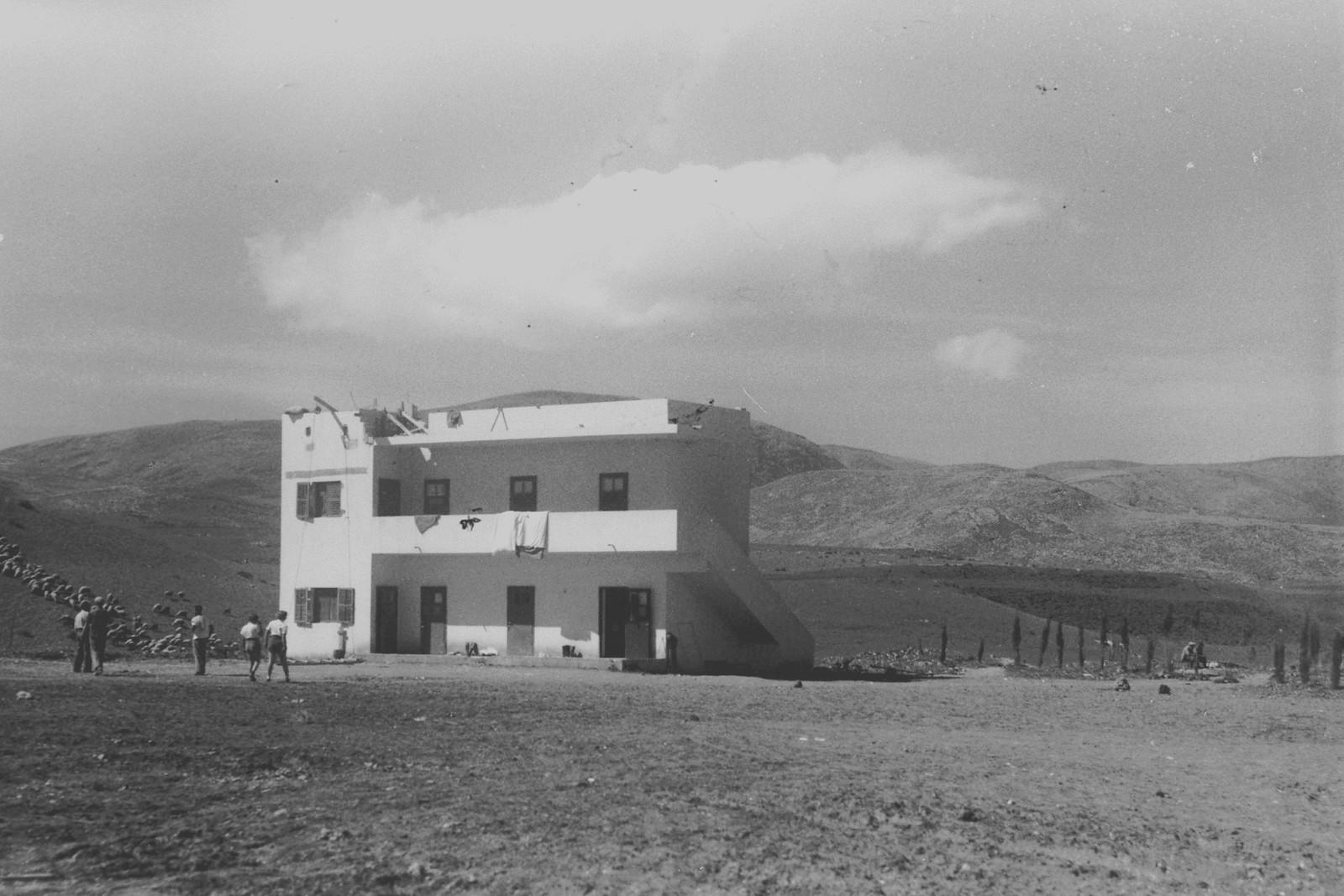 1937. Первое бетонное двухэтажное здание в кибуце Айелет-ха-Шахар