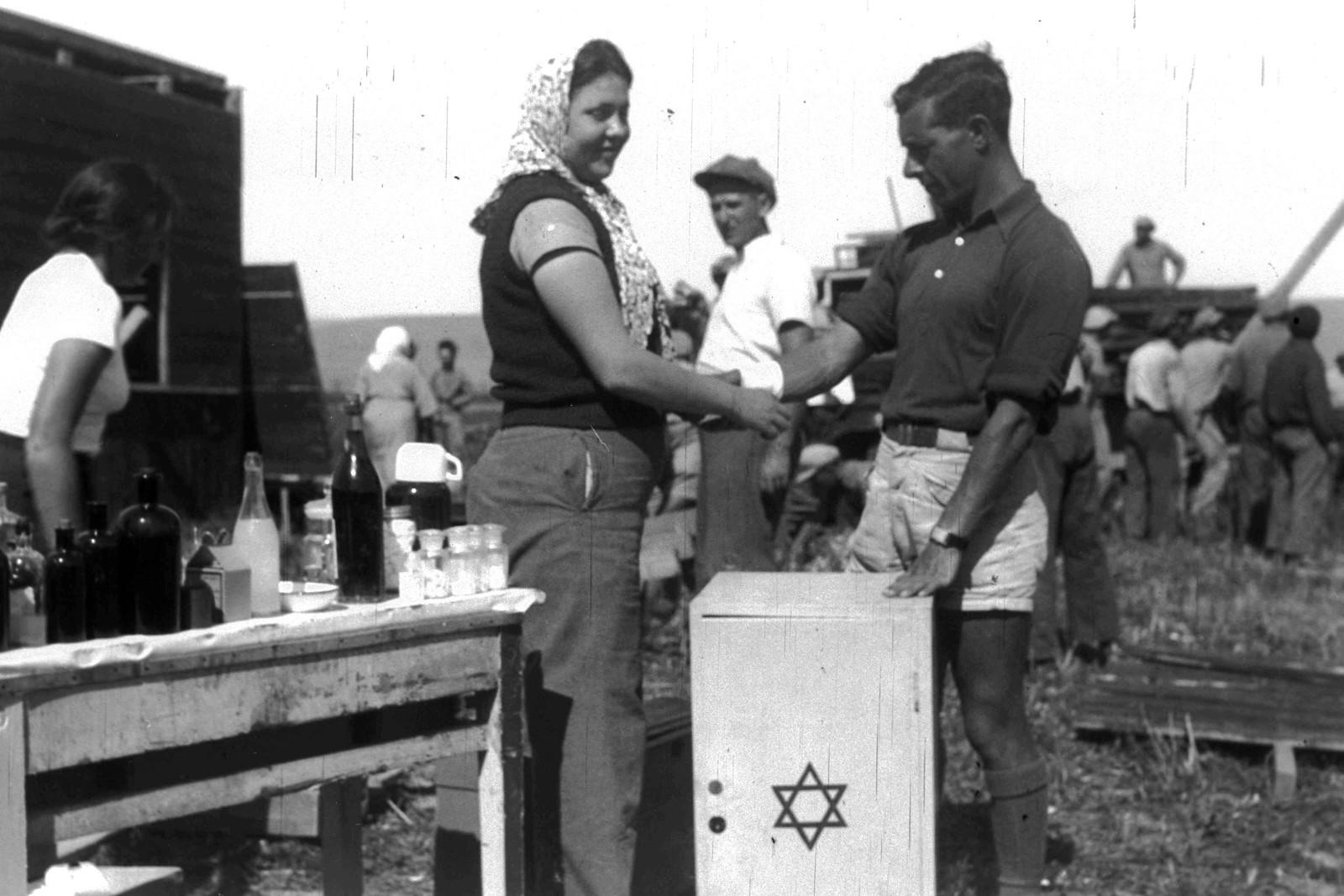 1937. Основание кибуца Шаар-ха-Голан. Пионеры выгружают аппараты первой помощи