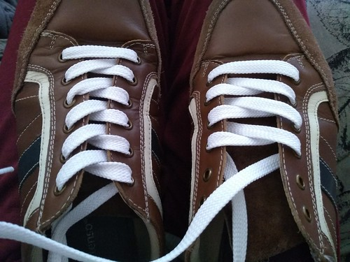 Cordones de zapatillas colocándolos en espiga.