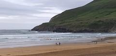 Playa la arena en este du00eda de primavera con tiempo desapacible y buena temperatura con oleaje
