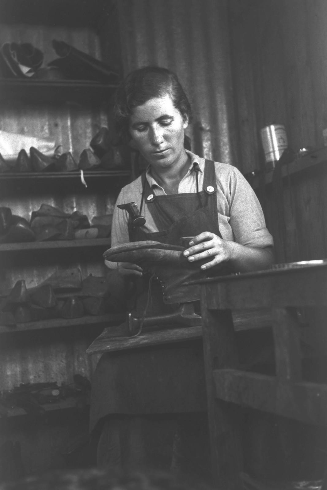 1935. Кибуц Маабарот. Женщина-сапожник