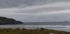 Playa la arena en este du00eda de primavera con cielo parcialmente nublado y temperaturas algo frescas con oleaje