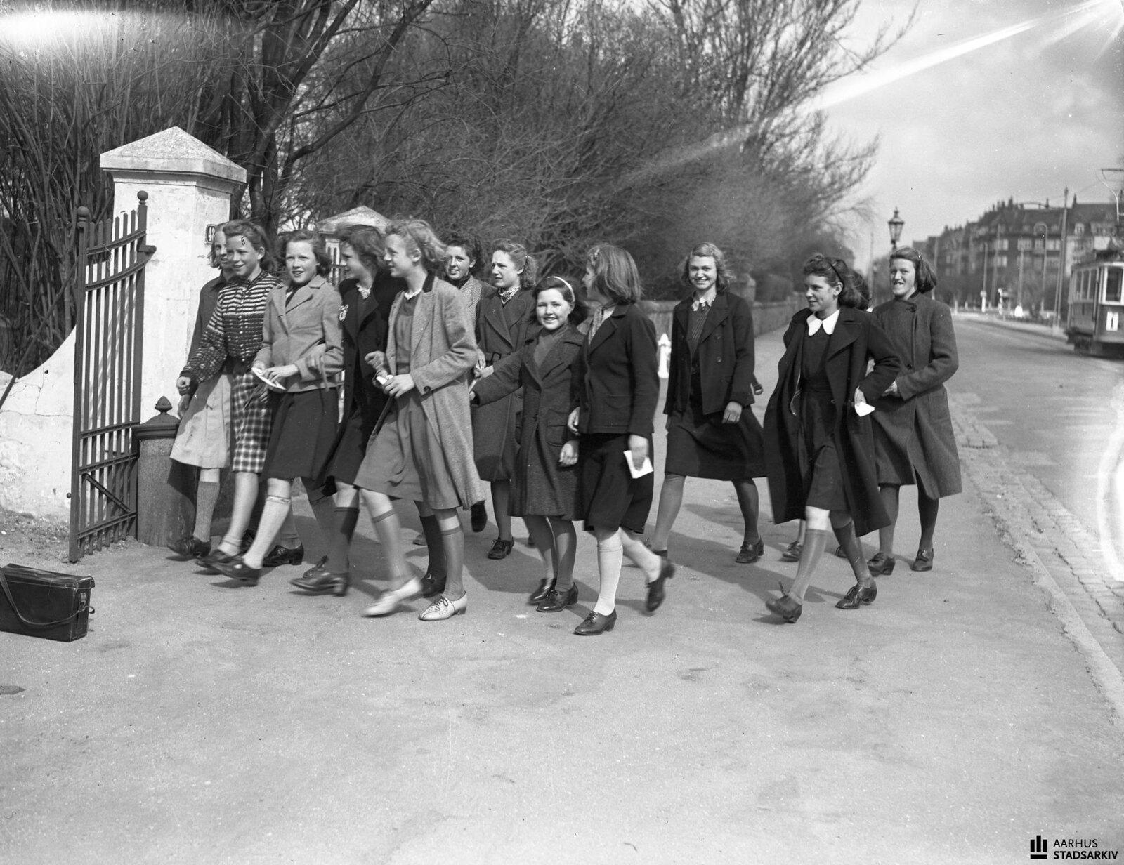 1940. Девочки идут готовиться к конфирмации с пастором Сёллингом. Май