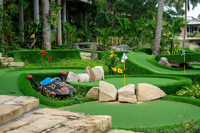 Verschiedene Minigolf Bahnen mit vielen Pflanzen und anderen Dekorationen bei Rory's Beach Club auf der Insel Phu Quoc, Vietnam