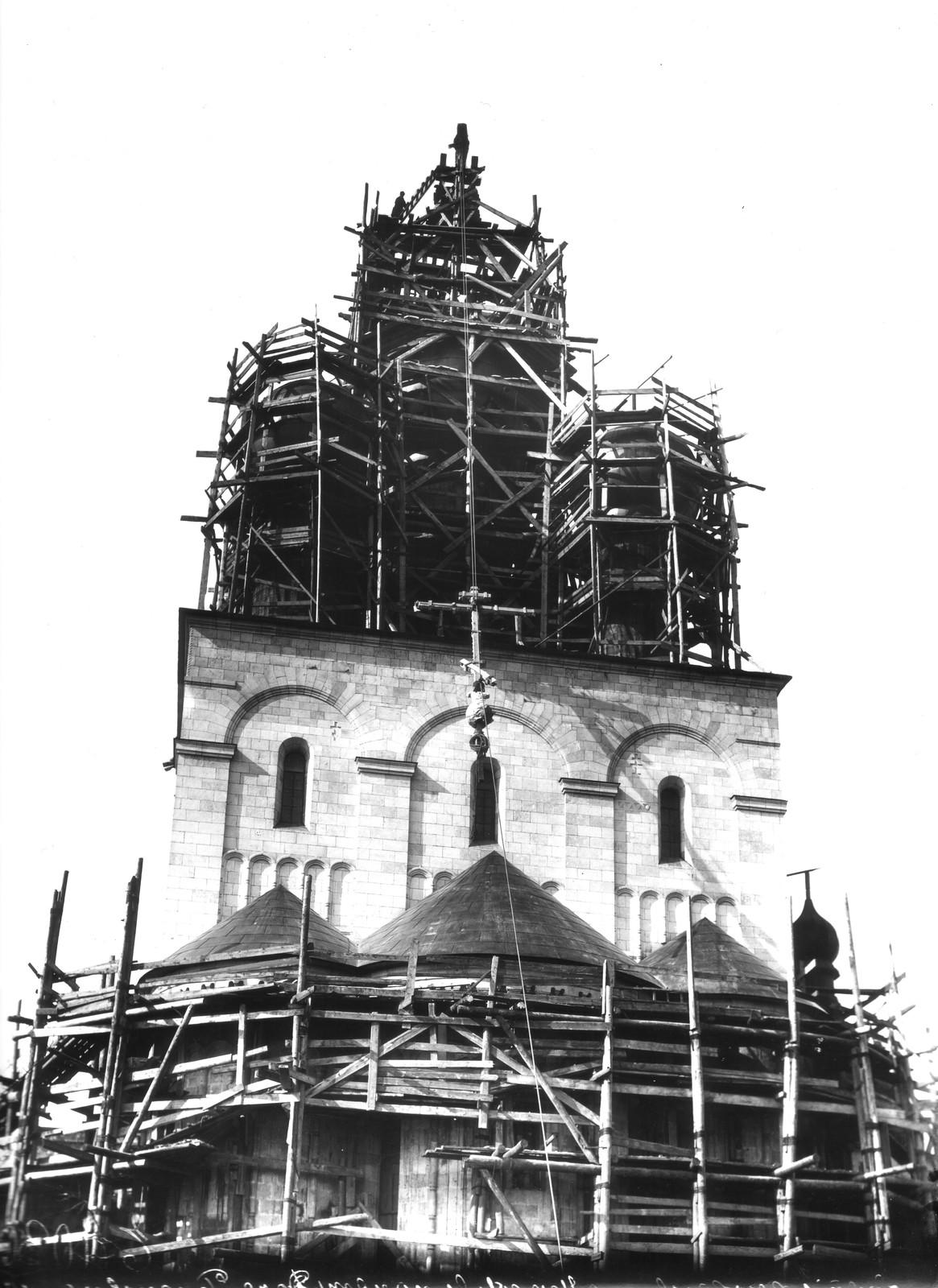 08. 1913. Поднятие креста на главный купол
