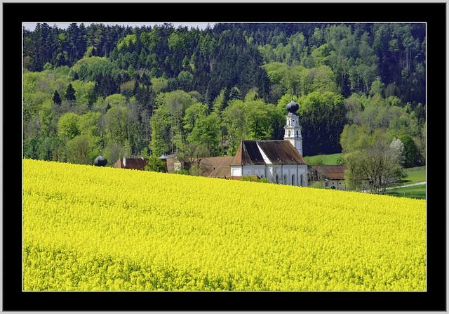 Hinter dem Ackergold, das Kloster St. Salvator bei Bad Griesbach ist ein ehemaliges Kloster der Prämonstratenser im Rottal.